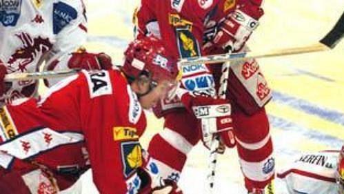 Michal Sup (vlevo) střílí gól Slavie v utkání s Třincem.