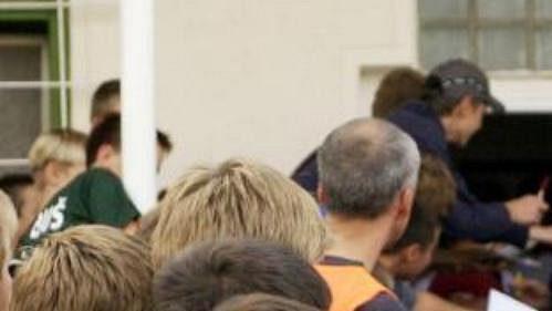 Effenberg se podepisuje fanouškům vPraze-Libuši
