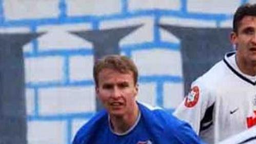 Pilíř zadních řad ostravského Baníku Reného Bolfa (v modrém) testuje anglický Bolton.