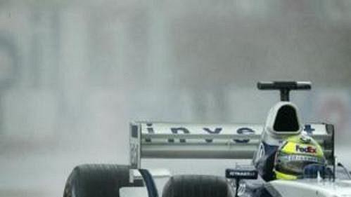 Ralf Schumacher na trati vMagny-Cours během deštivé první kvalifikace.