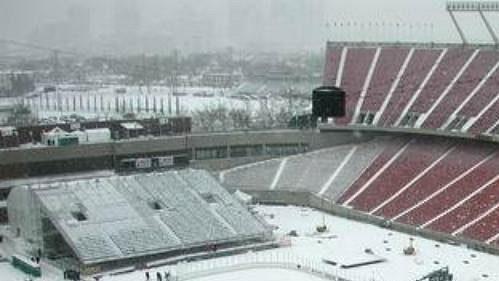 Takto dnes vypadal Commonwealth Stadium, kde se má vsobotu uskutečnit hokejový zápas mezi Edmontonem a Montrealem