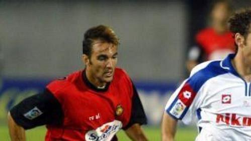 Argentinec ve službách Zaragozy Gabriel Milito (vpravo) uniká Arnoldovi Brugginkovi zMallorky.