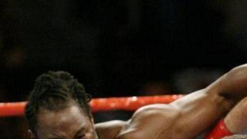 Lennox Lewis (vlevo) naposled boxoval sVitalijem Kličkem.