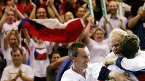Takto se čeští tenisté radovali po vítězství vbaráži. Nyní čekají, koho jim los přiřkne na startu nového ročníku