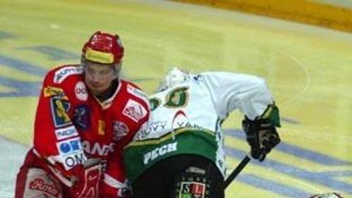 Karlovarský Lukáš Pech (uprostřed) operuje ve slávistické obraně.