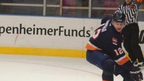 Gólman New Yorku Rangers Mike Dungam zachraňuje vnetradiční pozici čisté konto svého týmu.