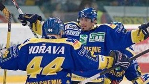Hokejisté Ústí nad Labem oslavují jednu z branek, kterou vstřelili v úvodním utkání baráže o extraligu proti mladé Boleslavi.