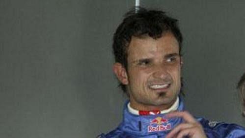 Pilot týmu Red Bull Vitantonio Liuzzi (vlevo)