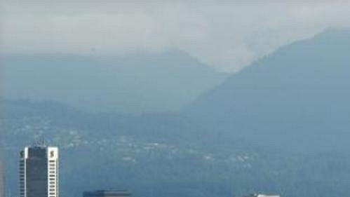 Stadion BC Place (vpravo) a silueta kanadského Vancouveru