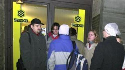 Lidé čekají ve frontě, aby si na terminálu Sazky mohli koupit vstupenky na MS vhokeji