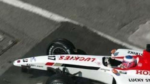 Třiadvacetiletý pilot týmu BAR Jenson Button havaroval vrychlosti 300 km/hod a zcela zničil vůz.