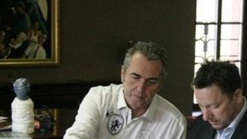 Jaromír Látal při podpisu smlouvy s prezidentem Sparty Viliamem Sivkem (vlevo) a generálním manažerem Petrem Břízou.