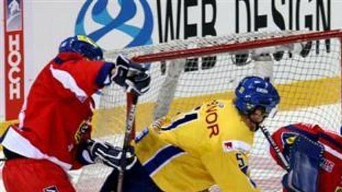 Brankář Milan Hnilička zasahuje v utkání se Švédskem.
