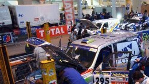 Vozidla účastníků slavné Rallye Dakar podstoupila před startem důkladnou technickou prohlídku.