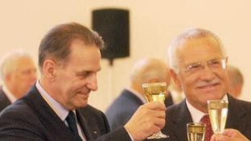 Šéf MOV Jacques Rogge (vlevo) a předseda ČOV Milan Jirásek (vpravo) si připíjejí sprezidentem Václavem Klausem.