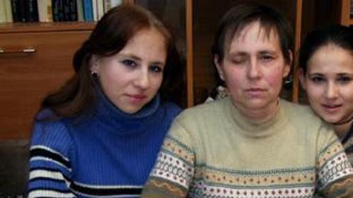 Největší oporou invalidní Věry Černé jsou její dcery Kristýna (vlevo) a Lucie. Foto - Jaroslav Rác