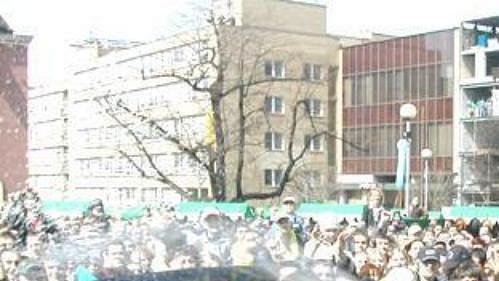 Kapitán Zlína Miroslav Okál při oslavě před zlínskou radnicí kropí fanoušky dávkou šampaňského