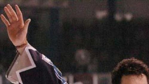Jaromír Jágr zdraví kladenské příznivce po vítězném utkání s Libercem. To bylo během výluky NHL 2004/2005.