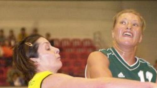 Domácí basketbalistky požene za postupem vyprodaná hala.