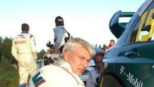 Po Auriolovi odstoupil zFinské rallye iToni Gardemeister (na snímku při kontrole pneumatiky).