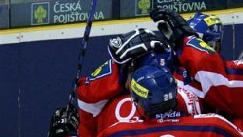 Čeští hokejisté oslavují branku vutkání se Švédskem.