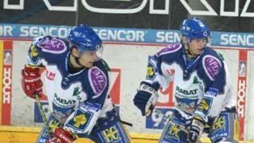 Hokejisté Kladna před brankou Sparty