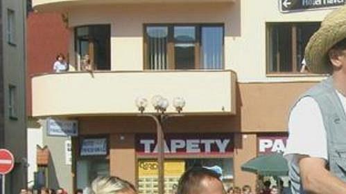 Rodina Romana Šebrleho přijela na rychnovské náměstí v kočáru.