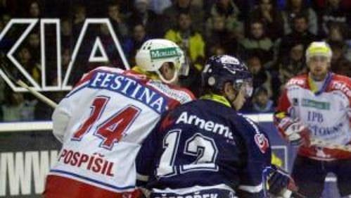 Michael Vyhlídal z Pardubic (druhý zprava) před brankou gólmana Liberce Pavla Faltuse v jednom z posledních utkání hokejové extraligy v roce 2002.