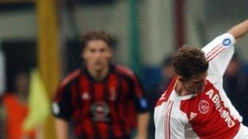 Ukrajinský hráč celku AC Milán Andrij Ševčenko (vlevo) bojuje omíč shráčem Ajaxu Amsterdam Johnem O'Brienem zUSA vodvetném čtvrtfinálovém zápase Ligy mistrů.