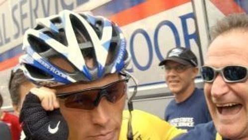 Vedoucí závodník průběžného pořadí cyklistické Tour de France Američan Lance Armstrong ze stáje US Postal (vlevo) a jeho přítel herec Robin Williams na startu osmnácté etapy Tour de France.