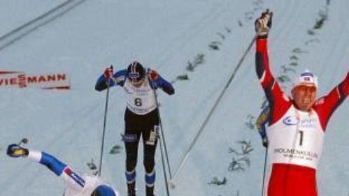 Norský lyžař Haavard Bjerkeli protíná jako první cílovou pásku ve sprintu SP.