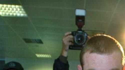 Wayne Rooney utíkal zdosahu žurnalistů ilovců autogramů.