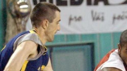 Nymburský Ashante Johnson (vpravo) proniká přes opavského Branko Rajevace ve finále basketbalové ligy. Nymburk si vítězstvím udržel šanci na titul.
