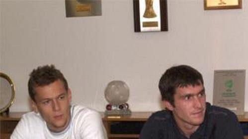 Hráči Slávie Stanislav Vlček (zprava) Pavel Fořt a Radek Dosoudil na zasedání disciplinární komise ČMFS.