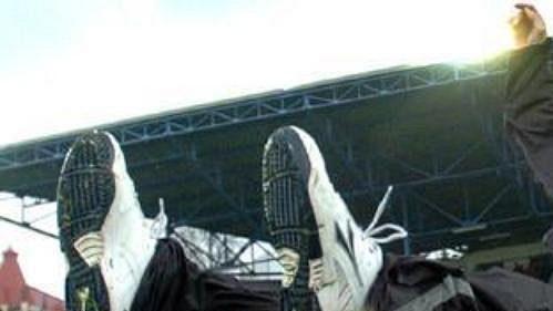 Trenér Liberce Vítězslav Lavička nad hlavami svých svěřenců po utkání s Mostem. Slovan má dvě kola před koncem ligy zajištěný mistrovský titul.