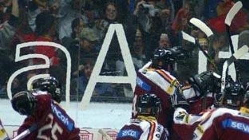 Hokejisté Sparty těsně po skončení třetího finále.