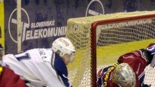 Miroslav Škovira z Košic (vlevo) atakuje brankáře Slovanu Bratislava Pavola Rybára.