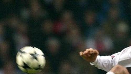 Zlatan Ibrahimovic zAjaxu Amsterdam (vpravo) vakrobatickém výskoku, přihlíží Martin Laursen zAC Milán