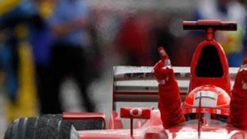 Vítězné gesto Michaela Schumachera vcíli Velké ceny USA. Šestý titul mistra světa je opět oněco blíž.