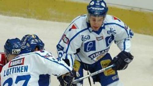 Brankář Svoboda zasahuje proti střele Fina Luttinena.