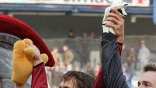 Brankář Sparty Jaromír Blažek (vpravo) oslavuje vítězství vderby se Slavií. Vlevo Marek Kincl.