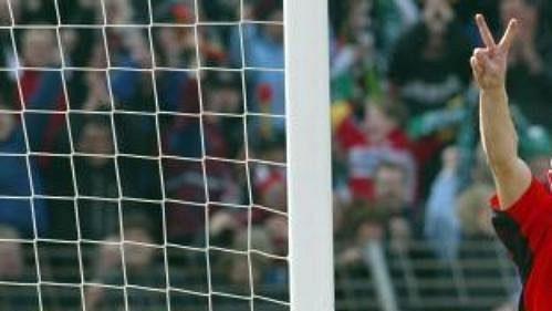Jiří Štajner zHannoveru 96 (vpravo) se raduje zgólu vsíti brankáře Bayernu Olivera Kahna. Bayern Mnichov ale kligovému titulu dokráčel sjistým náskokem 16 bodů.