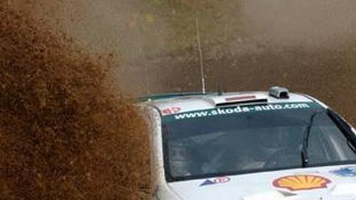 Armin Schwarz za volantem Fabie WRC na trati druhé rychlostní zkoušky rallye Akropolis.