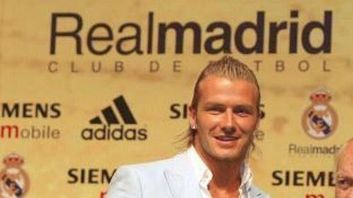 David Beckham přebírá dres Realu Madrid od legendárního Alfreda di Stefana.