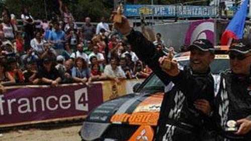 Tomáš Ouředníček (vlevo) a Miroslav Zapletal v cíli Rallye Dakar 2009.