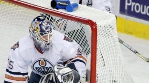 Niko Kapanen zDallasu ohrožuje gólmana Edmontonu Tommyho Sala.