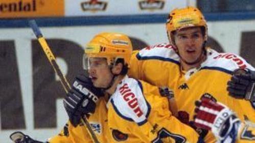 Hokejisté Zlína se radují po vyrovnání Petra Lešky (vpravo) na 1:1