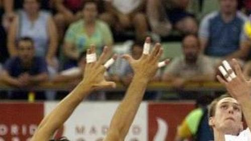 Čeští volejbalisté (v bílém Marek Novotný) prohráli vúvodním utkání na ME sItálií. (ilustrační foto)