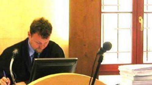 Soudce kroměřížského soudu Karel Rašín (vlevo) při líčení v korupční aféře FC Synot.
