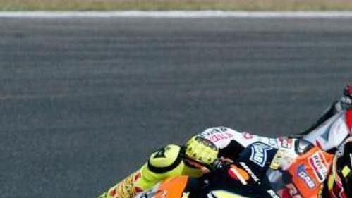 Ital Valentino Rossi následovaný Japoncem Makotem Tamadou při tréninku na GP Katalánska.
